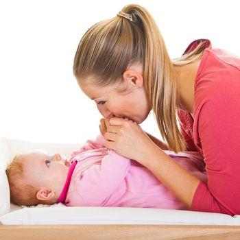 Cómo cambiar pañales a los bebés